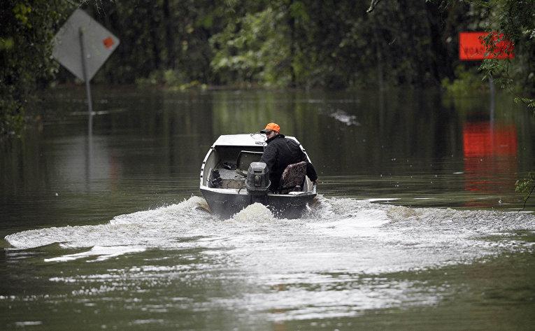 Хантер Бейкер, житель города Флоренс в Южной Каролине, плывет на лодке домой