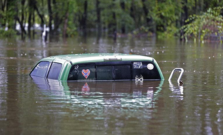 Затопленный во время наводнения автомобиль в городе Флоренс, Южная Каролина