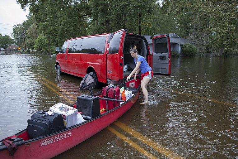 Эвакуация людей во время наводнения в Южной Каролине