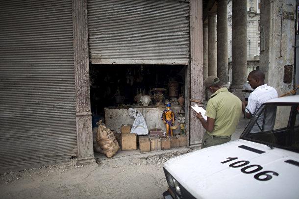 Полицейские у недавно ограбленного магазина атрибутики сантерии