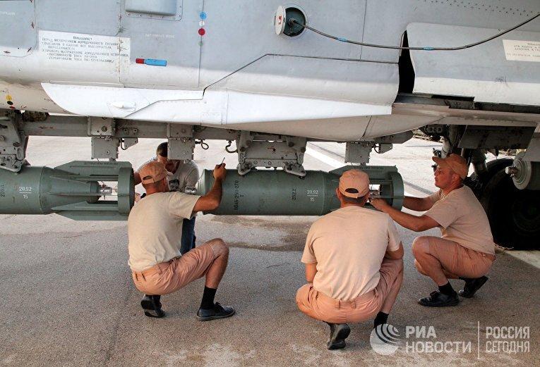 """Техники обслуживают российские самолеты СУ в аэропорту """"Хмеймим"""" в Сирии"""