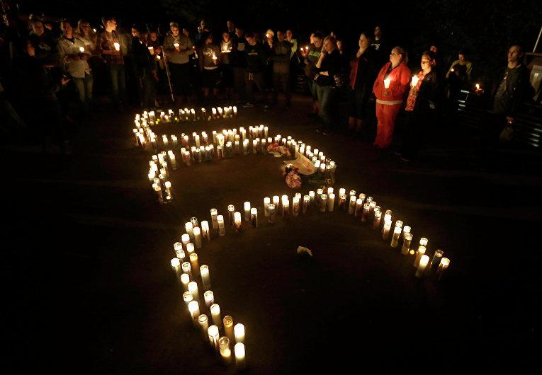 Свечи в память о жертвах стрельбы в колледже Орегона