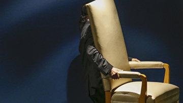 Сотрудник выносит стул для делегатов, которые будут выступать на 70-й сессии Генассамблеи ООН