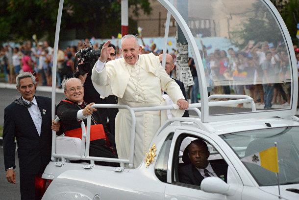 Папа Франциск приветствует кубинцев во время поездки из аэропорта имени Хосе Марти в апостольскую нунциатуру