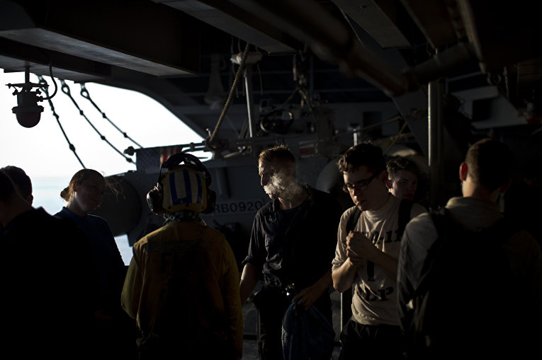 Моряки военно-морского флота США на борту авианосца «Теодор Рузвельт»