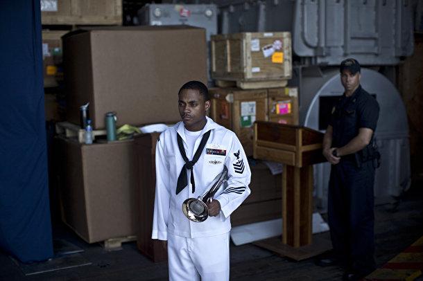 Подготовка к церемонии, посвященной памяти погибших во время терактов 11 сентября, на борту авианосца «Теодор Рузвельт»