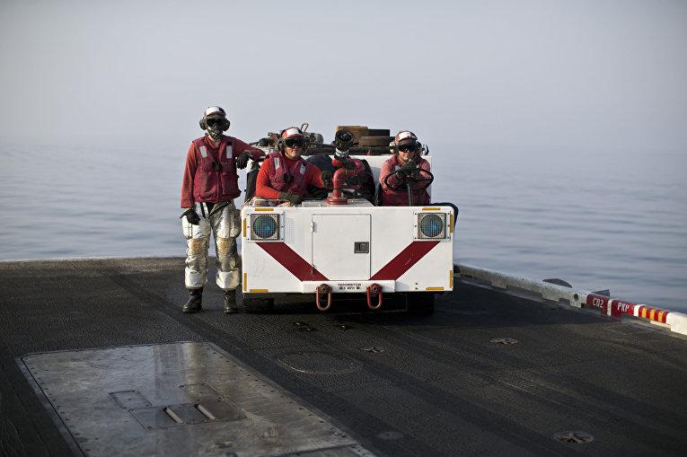 Аварийно-спасательная команда на борту авианосца «Теодор Рузвельт»