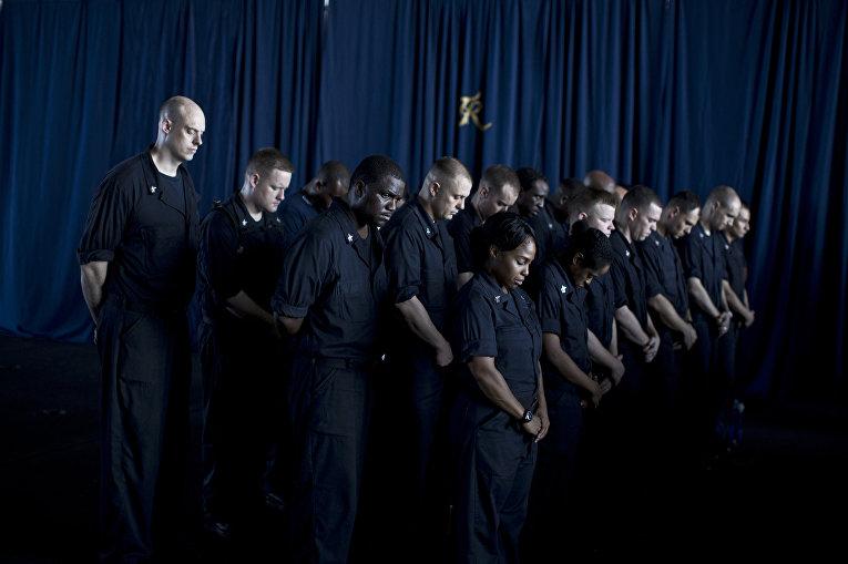 Экипаж авианосца «Теодор Рузвельт» во время церемонии, посвященной памяти погибших во время терактов 11 сентября 2001 года