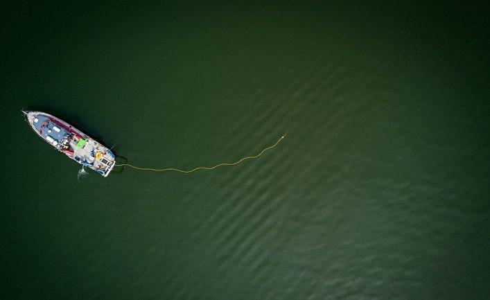 Судно проводит работы по изучению морского дна у берегов Дании