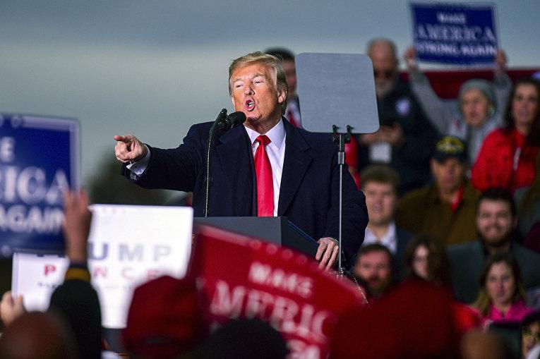 Президент США Дональд Трамп выступает на митинге