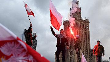 Демонстранты во время ежегодного марша в честь Дня национальной независимости Польши в Варшаве