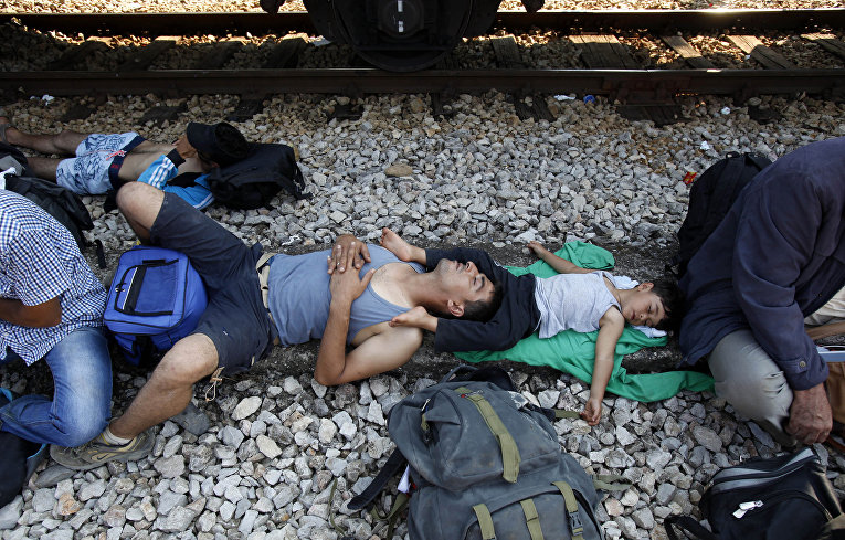 Беженцы из Сирии спят на станции в Гевгелии, Македония