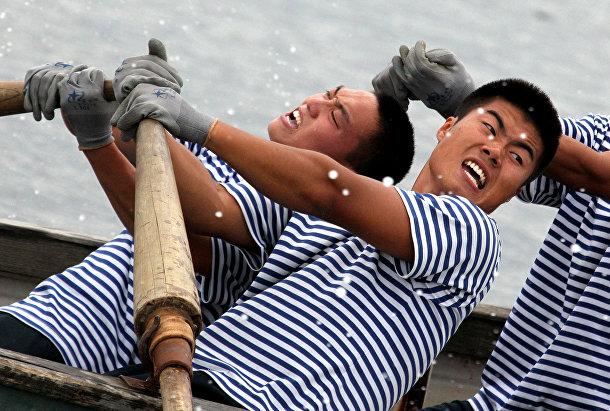 Китайские моряки во время гонки на шлюпках на спортивных состязаниях между российскими и китайскими военными морякам