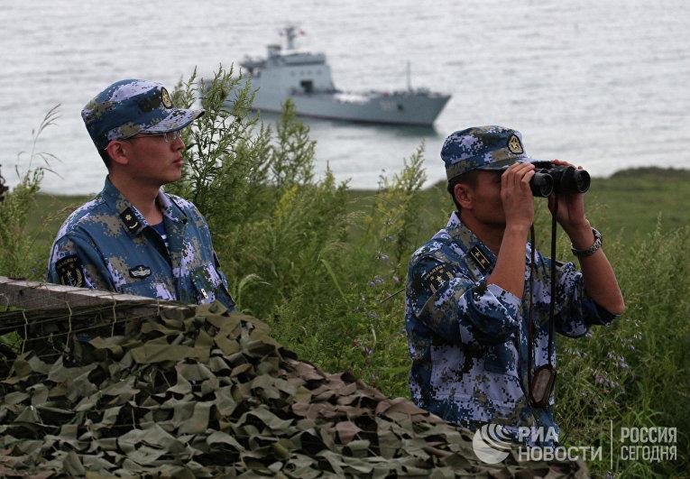 """Китайские военные моряки во время российско-китайских военно-морских учениях """"Морское взаимодействие - 2015"""""""