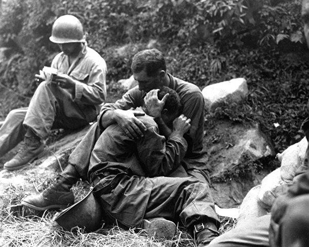 Американский солдат успокаивает товарища, Корейская война 1950-1953 годов