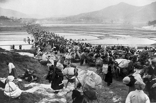 Беженцы переходят мост над рисовыми полями, Корейская война 1950-1953 годов