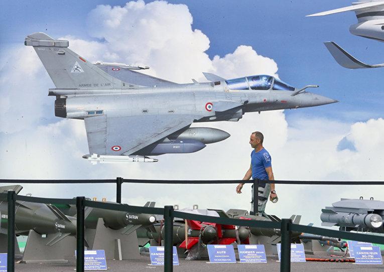 Фотография французского истребителя Dassault Rafale в одном из павильонов Международного авиакосмического салона в Ле Бурже