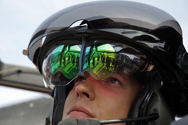 Французский пилот в кабине вертолета Tigre HAD Helicopter во время 51-го Международного аэрокосмического салона в Ле-Бурже
