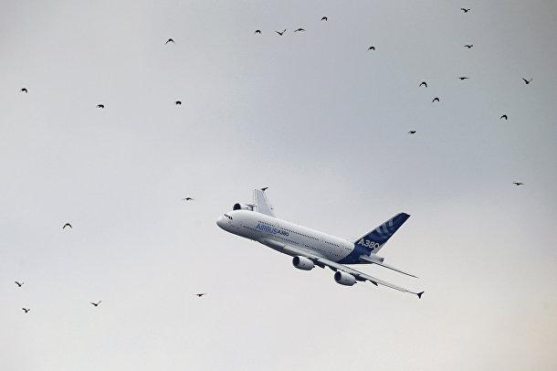 Самолет Airbus A380 на 51-м Международном аэрокосмическом салоне в Ле-Бурже