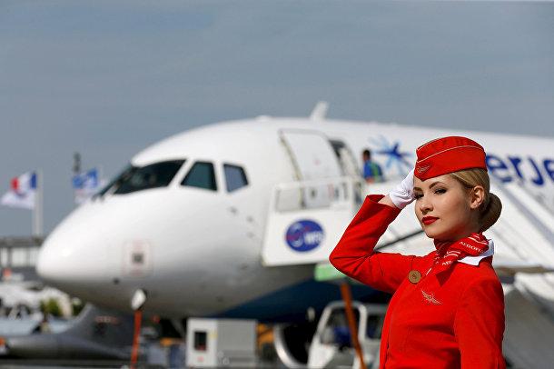 Бортпроводница компании «Аэрофлот» у самолета «Сухой Суперджет 100» на 51-м Международном аэрокосмическом салоне в Ле-Бурже