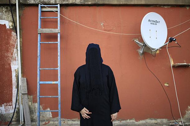 Женщина в никабе на крыше дома в Бейруте, Ливан