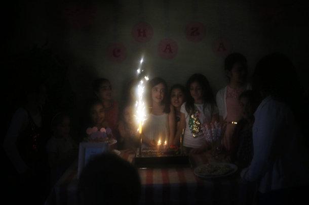 Девочки в Бейруте празднуют день рождения, фотография сделана через никаб