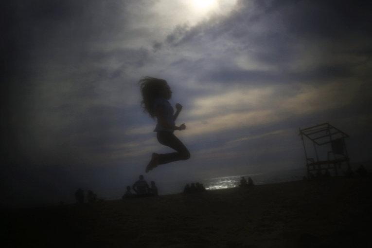 Девочка на пляже Рамлет аль-Байда в Бейруте