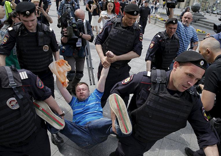 Полицейские задерживают ЛГБТ-активиста Николая Алексеева