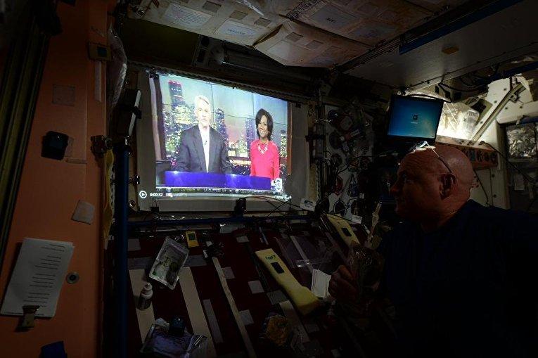 Астронавт Скотт Келли смотрит выпуск новостей на борту МКС