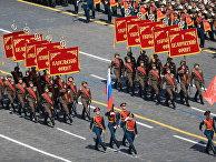Военнослужащие знаменной группы во время военного парада в ознаменование 70-летия Победы в Великой Отечественной войне 1941-1945 годов