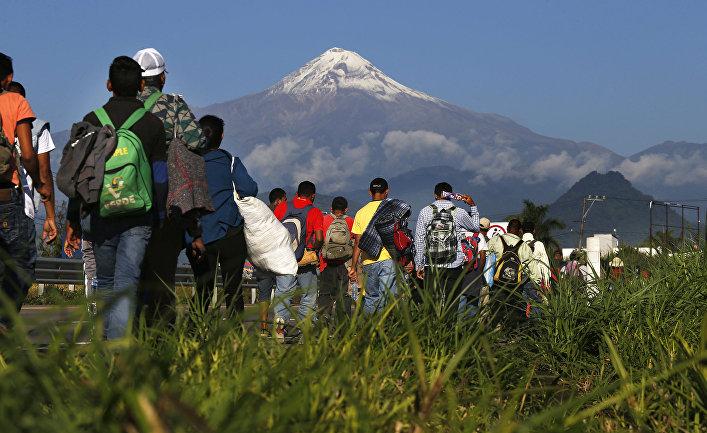 Мигранты, направляющиеся в США у вулкана Пико-де-Орисаба в Мексике