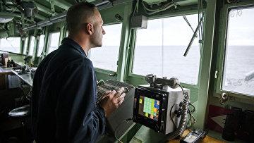 Член экипажа на мостике корабля «Маунт Уитни» ВМС США во время военных учений НАТО в Норвежском море