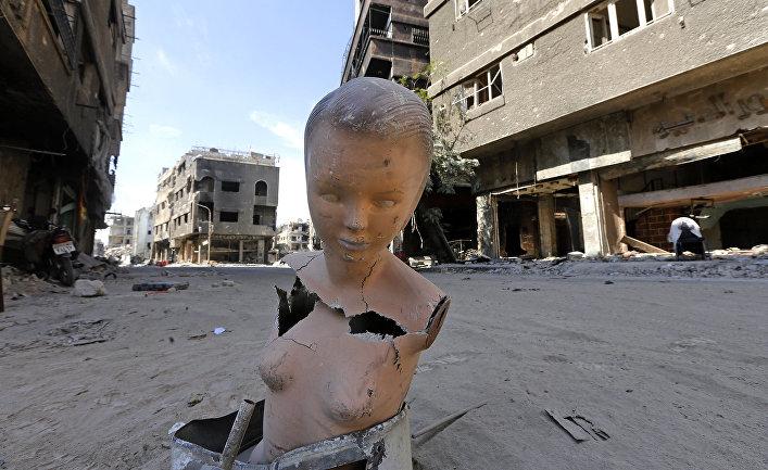 Манекен на разрушенной улице в Дамаске, Сирия