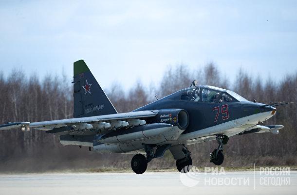 Штурмовик Су-25 на военном аэродроме в Кубинке во время подготовки воздушной части военного парада в честь 70-й годовщины Победы в Великой Отечественной войне