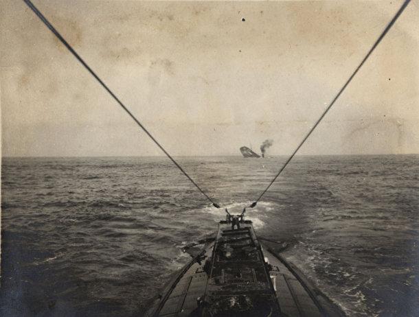 Немецкая подводная лодка топит торговое судно союзников в Атлантическом океане