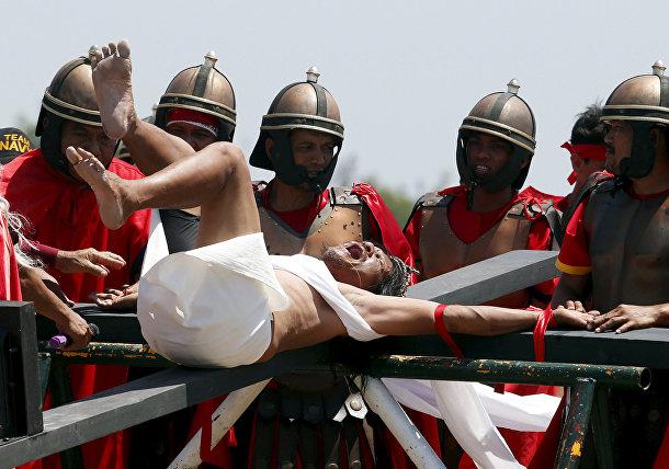 Исполняющего роль Христа распинают на кресте в Страстную пятницу, Кутуд, Филиппины