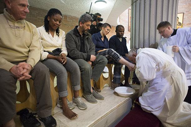 Папа Франциск омывает ноги заключенным тюрьмы в Риме, Великий четверг Святой недели