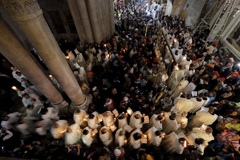 Пасхальная церемония в Храме Гроба Господня в Иерусалиме