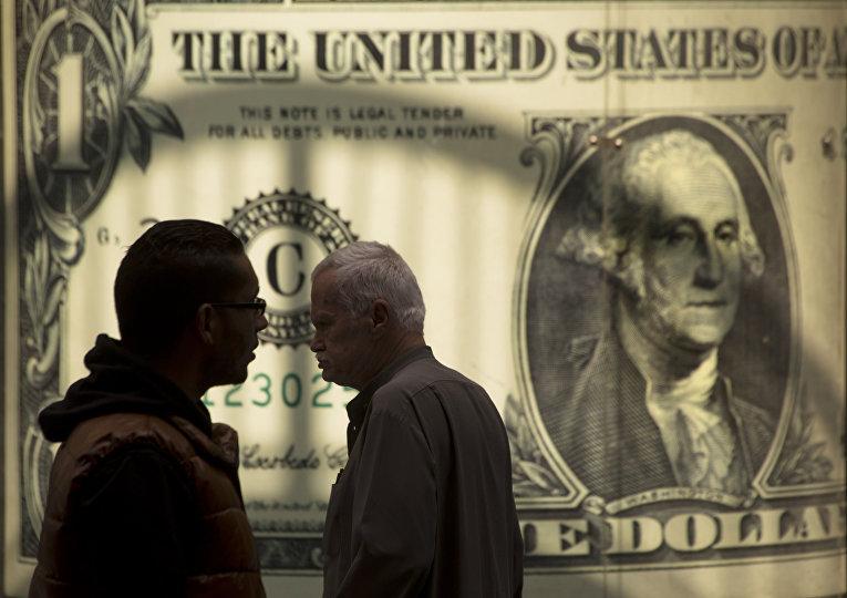 Мужчины возле баннера с изображением американского доллара возле обменного пункта