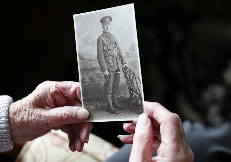 Вера Сэндеркок из Дважды благословенной деревни Херодсфут держит портрет своего отца Герберта Медленда, ветерана Первой мировой войны