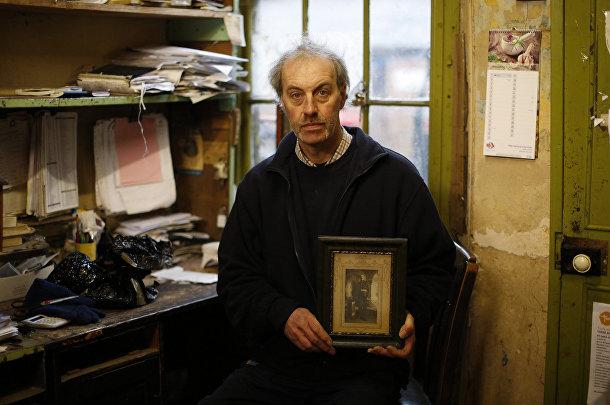 Джеф Буше с портретом своего дедушки из деревни Хай Тойнтон