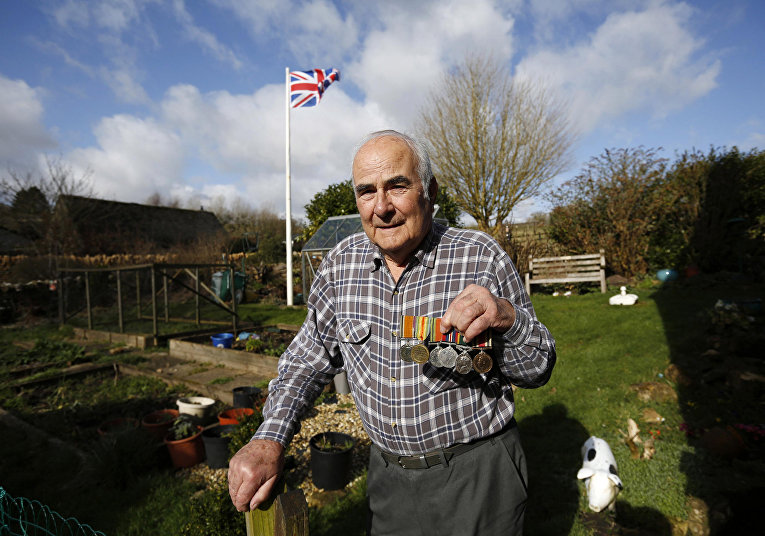 Тони Колетт с медалями своего отца Джорджа Колетта в дважды благословенной деревне Аппер-Слотер