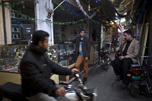 Акрам работает в магазине мобильных телефонов на рынке в Равалпинди