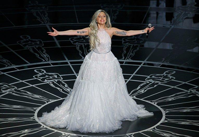 """Леди Гага во время выступления на церемонии вручения премии """"Оскар"""""""