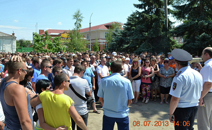 Участники акции протеста против мигрантов на площади города Пугачева