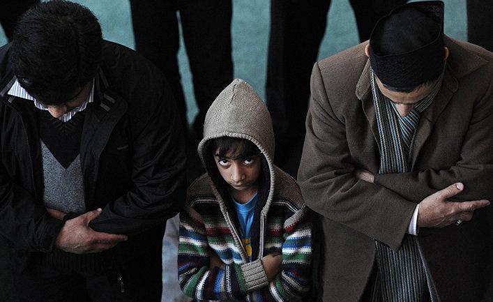 Мусульмане принимают участие в пятничной молитве в мечети Байтул Футух в Лондоне