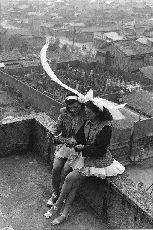 Танцовщицы отдыхают на крыше дома в токийском районе Асакуса