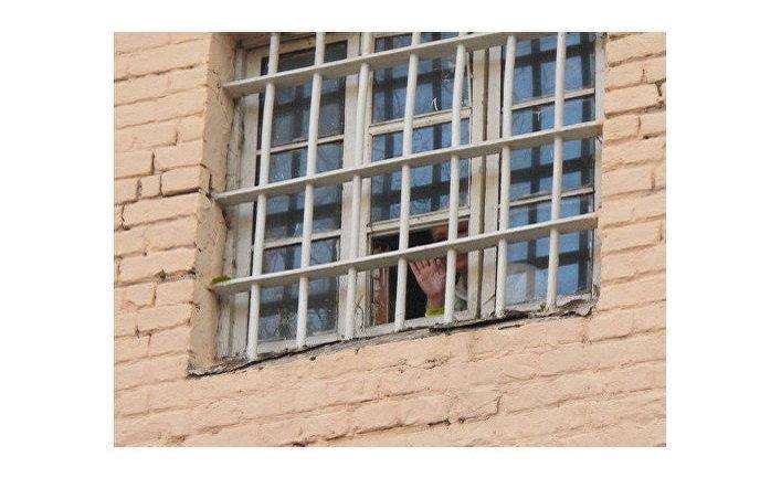 Тимошенко из окна камеры заверила сторонников, что все выдержит