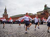 Пионеры маршируют на Красной площади 17 мая 2015 год