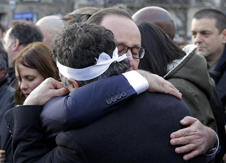 Президент Франции Франсуа Олланд и колумнист «Шарли Эбдо» Патрик Пеллу на марше единства в Париже